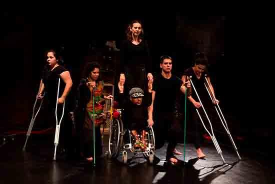 42aad2a8b As coreografias de Olhares dos Sapatos são criadas a partir da  singularidade e da fisicalidade de cada intérprete, utilizando o gestual do  cotidiano, ...